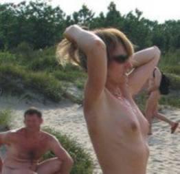 Enquanto isso, em uma praia de nudismo