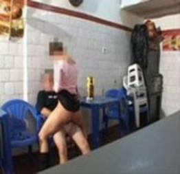 Putinha amadora caiu na net dando a buceta no bar