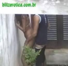 Irmão flagra irmã dando na casa abandonada