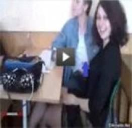 Aluna é flagrada batendo punheta para o colega de classe, durante aula de matemá
