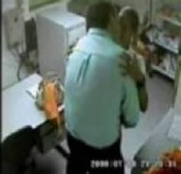 Cam de segurança flagra Gerente de loja fudendo 2 funcionárias casadas