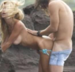 Ex-coelhinha da Playboy é flagrada fazendo sexo no meio da praia.