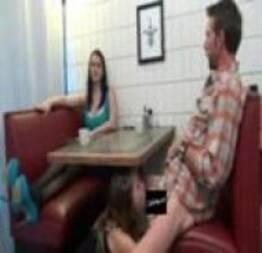 Novinha faz boquete na lanchonete, no namorado da amiga e na frente dela (vídeo)