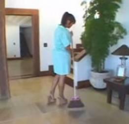 Empregada faz mais que limpar