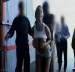 Garota em público, oferecendo sua buceta para todos os homens.