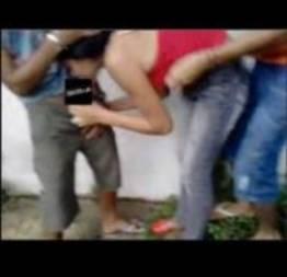 Garota faz boquete em vários garotos apos ser cercada e levada para o fundo da e