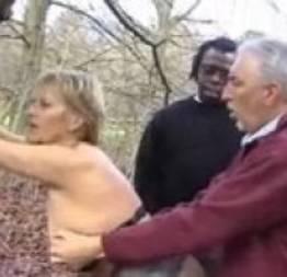 Marido leva esposa para o mato com amigo para apimentar a relação