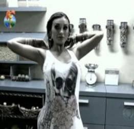 Andressa Urach fica nua na Fazenda