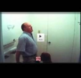 Câmera oculta flagra aluna chupando o professor no banheiro da escola (vídeo rea