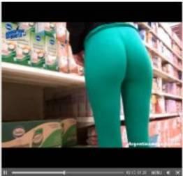 Gostosa de calça leg no mercado