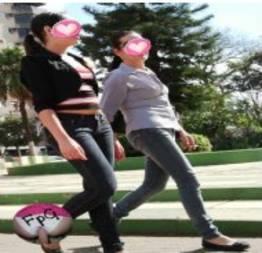 Novinha e mamãe flagradas na rua