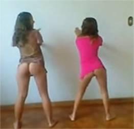 Duas novinhas dançando funk e ficando peladinhas
