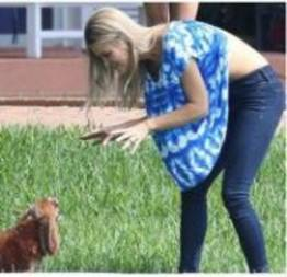 Joanna Krupa acaba mostrando demais ao brincar com seu cachorro (5 fotos)