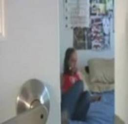 Irmão filma sua irmã escondido