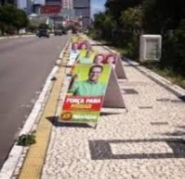 Propaganda politica em praça de casa caiada