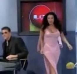 Latina gostosa com vestido sensual transparente