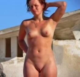 Novinhas nuas na praia de nudismo