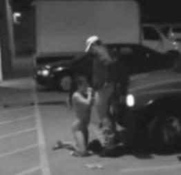 Segurança de estacionamento, recebe sexo oral de desconhecida
