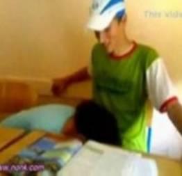Novinha chupando pica na sala de aula