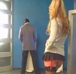 A loira do banheiro apareceu pra esse sortudo