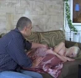 Pegou a sobrinha dormindo no sofá com vibrador