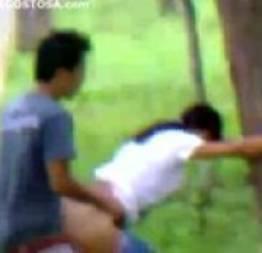 Flagrado fazendo um sexo no mato com a novinha safada