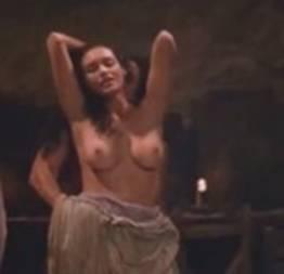 Atriz Débora Nascimento pelada em cena  mostrando os peitos