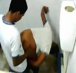 Leke socando a pica na novinha no banheiro do colégio