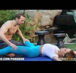 Loira gostosa fodendo com o professor de yoga