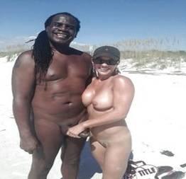 Gata se empolgou na praia de nudismo