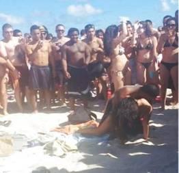 Sem vergonha fazendo sexo no meio da praia