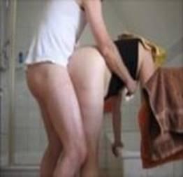 Marido e mulher gozando no banheiro