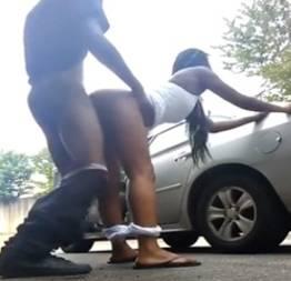 Sacana fodendo a esposinha novinha na rua