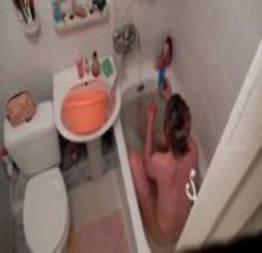 Filmou a tia safada no banho escondido   sexo amador