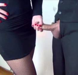 Secretária novinha batendo uma punhetinha para o chefinho - videos porno grátis