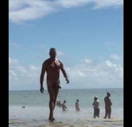 Coroa roludo na praia de nudismo de pau duro