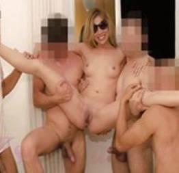 Corno brasileiro leva esposa na casa de swing e filma ela sendo fodida por quatr