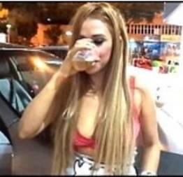 Loirinha bebendo pra ficar facinha na festa