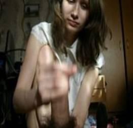 Novinha virgem brincando com uma rola pela primeira vez na vida