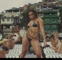 Anitta em novo clipe com biquíni de fita