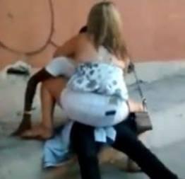 Flagra da loirinha dando pro negão na calçada