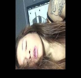 Amadora tatuada mexendo na buceta gostosa