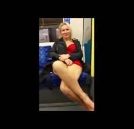 Coroa gostosa exibicionista sem calcinha no metrô