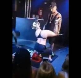 Pecadora do funk de calcinha na putaria no palco do baile