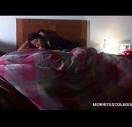 Prima novinha foi escondida no quarto dele na madrugada ele sabendo escondeu cam