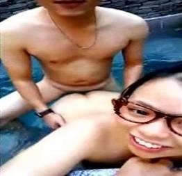 Novinha fodendo com o namorado na piscina