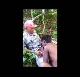 Netinha selvagem agradando o avô no mato