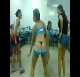 As meninas do colégio opção dançando funk de calcinha na sala