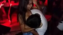 Biscatinha deixa mamarem seu peito no meio da balada