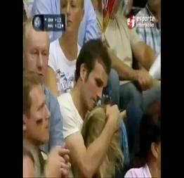 Boquete ao vivo na tv durante o jogo de vôlei
